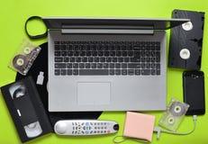 Dispositivos análogos digitais modernos dos dispositivos, dos suportes de memória, os devaysy e os obsoletos dos meios em um fund Foto de Stock Royalty Free