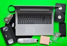 Dispositivos análogos digitais modernos dos dispositivos, dos suportes de memória, os devaysy e os obsoletos dos meios em um fund Fotos de Stock Royalty Free