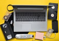 Dispositivos análogos digitais modernos dos dispositivos, dos suportes de memória, os devaysy e os obsoletos dos meios em um fund Fotografia de Stock Royalty Free
