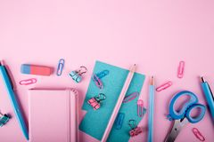 Dispositivos coloridos de la consola que mienten en fondo Imágenes de archivo libres de regalías