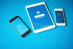 Dispositivos con la red social en fondo azul imagen de archivo libre de regalías