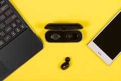 Dispositivos da eletrônica no fundo amarelo imagens de stock royalty free