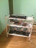 Dispositivos da mineração de Bitcoin em uma casa Fotografia de Stock Royalty Free