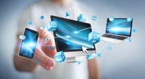 Dispositivos da tecnologia do homem de negócios e aplicações de conexão 3D dos ícones com referência a Imagens de Stock
