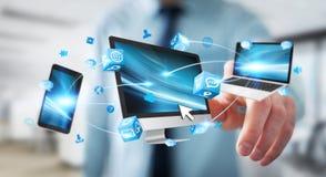 Dispositivos da tecnologia do homem de negócios e aplicações de conexão 3D dos ícones com referência a Fotografia de Stock