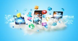 Dispositivos da tecnologia e aplicações dos ícones sobre uma nuvem ilustração stock
