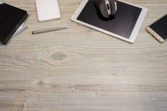 Dispositivos da TI com espaço de madeira do fundo Imagens de Stock Royalty Free