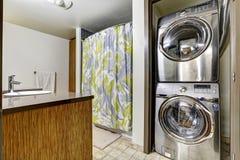Dispositivos de aço modernos da lavanderia no banheiro imagem de stock