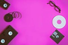 Dispositivos de almacenamiento retros: placa, cinta de vídeo dos, del disco blando, CD y vidrios Concepto de la tecnología anticu imagen de archivo libre de regalías