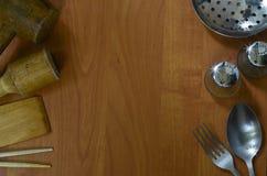 Dispositivos de cocina en el fondo de madera Foto de archivo libre de regalías