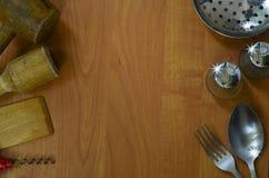 Dispositivos de cocina en el fondo de madera Imagen de archivo libre de regalías