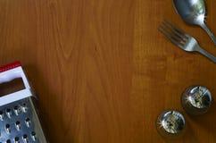 Dispositivos de cocina en el fondo de madera Foto de archivo