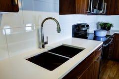 Dispositivos de cocina modernos con microonda y la estufa Imagen de archivo libre de regalías