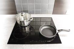 Dispositivos de cozinha modernos. Potenciômetro e bandeja em um fogão imagens de stock royalty free