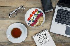 Dispositivos de Digitas com texto de 2019 definições saudáveis imagens de stock