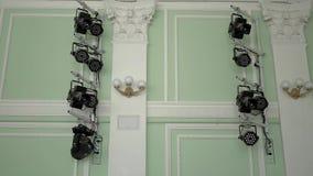 Dispositivos de iluminação situados no lado da fase vídeos de arquivo