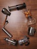Dispositivos do café em um fundo de madeira Imagens de Stock Royalty Free