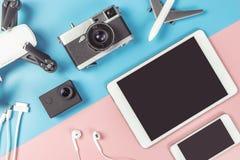 Dispositivos do curso no fundo azul e cor-de-rosa para o conceito do curso foto de stock