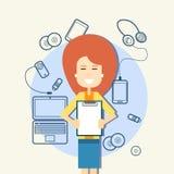 Dispositivos do esboço do original de papel da posse da mulher de negócio, laptop, telefone de Smart da pilha Foto de Stock