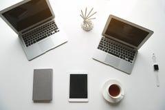 Dispositivos e caderno na tabela Fotografia de Stock