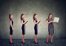 Dispositivos e conceito digitais modernos do progresso da tecnologia Mulher de negócio que usa o telefone celular, a tabuleta e o Imagens de Stock Royalty Free