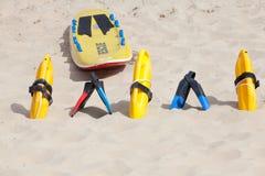 Dispositivos e equipa de salvamento amarelos brilhantes de flutuação Fotos de Stock Royalty Free