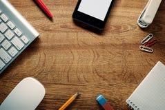 Dispositivos e fontes de escola na tabela de madeira fotos de stock royalty free