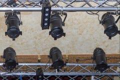 Dispositivos elétricos de iluminação do estúdio, lâmpadas em um clube noturno fotos de stock royalty free