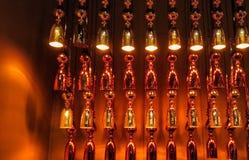 dispositivos elétricos de iluminação extravagantes e brilhantes das garrafas de vidro com luzes conduzidas amarelas nele imagens de stock