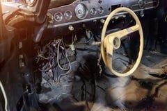 Dispositivos, el panel y volante delante del interior de una gaviota retra rusa vieja del gas 13 del coche de una clase represent fotografía de archivo libre de regalías