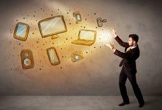 Dispositivos electrónicos dibujados mano que lanzan del hombre Imagen de archivo