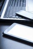 Dispositivos electrónicos na tabela de madeira Imagem de Stock Royalty Free