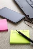 Dispositivos electrónicos na tabela de madeira Foto de Stock