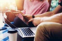 Dispositivos eletrônicos de Team Analyze Meeting Online Report dos colegas de trabalho novos Projeto Startup de Businessmans Digi Fotos de Stock Royalty Free