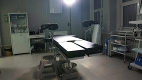 Dispositivos médicos modernos de tabela de funcionamento, zorra da sala de operações vídeos de arquivo