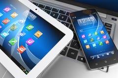 Dispositivos móveis Marque o PC, smartphone no portátil, tecnologia concentrada Foto de Stock