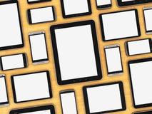 Dispositivos móviles en blanco en la tabla de madera Foto de archivo
