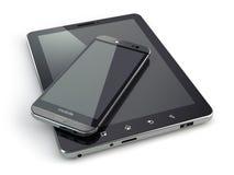 Dispositivos móviles Smartphone y PC de la tableta en el backg blanco Foto de archivo