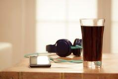 Dispositivos na tabela de madeira, janelas borradas fundo de Digitas, colo Imagem de Stock