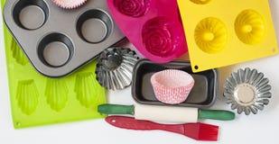 Dispositivos para o close up de cozimento no fundo branco imagens de stock royalty free