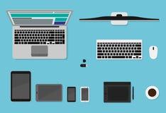 Dispositivos planos de la opinión superior de WebVector Los ordenadores portátiles, las tabletas, los smartphones y la mesa fijar Fotografía de archivo
