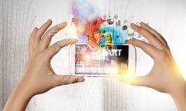 Dispositivos que conectam povos Meios mistos Foto de Stock Royalty Free