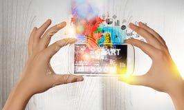 Dispositivos que conectam povos Meios mistos Fotos de Stock