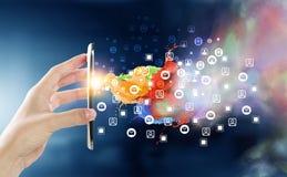 Dispositivos que conectam povos Meios mistos Imagem de Stock