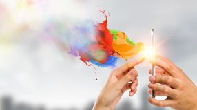 Dispositivos que conectam povos Meios mistos Fotografia de Stock Royalty Free