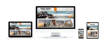 dispositivos realísticos isolados com Web site da agência de viagens ilustração royalty free