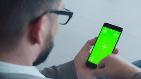 Dispositivos: redes sociais, email, negócio em linha Tela verde video estoque