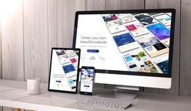 dispositivos responsivos en constructor del sitio web del espacio de trabajo fotos de archivo libres de regalías