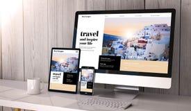 dispositivos responsivos en diseño del sitio web del viaje del espacio de trabajo imágenes de archivo libres de regalías