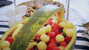 Disposizione affettata di frutti, alimento succoso video d archivio
